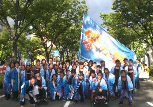 和歌山県のきのかわ支援学校「響」様のよさこい衣装と旗のお写真