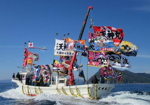 北海道藤村様の船に掲げた大漁旗の写真