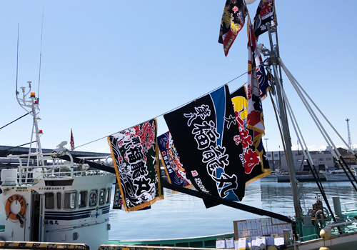 青空に映えるシンプルな大漁旗!