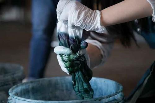 一から手作業で完成させる藍染の工程