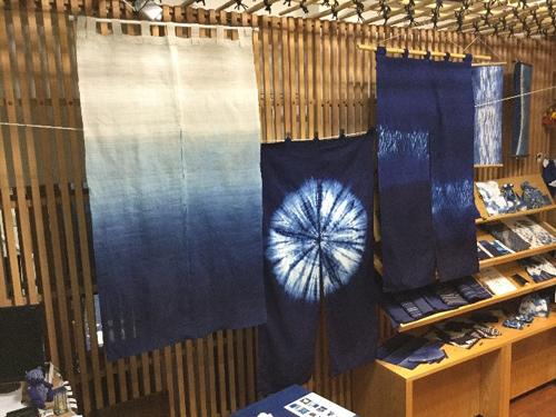 創業明治40年の伝統と技で染め上げる藍染のれんのオーダーメイド